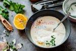 Koolhydraatarme Knoflooksaus gemaakt van Yoghurt (Simpel Recept)